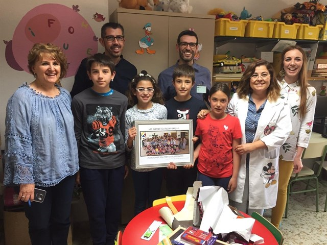 Alumnos del colegio rural Adersa 1 entregan libros, puzzles y separadores a los menores ingresados en el Hospital de Riotinto